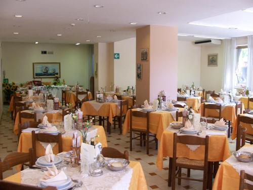 A restaurant or other place to eat at Hotel Villa Edelweiss