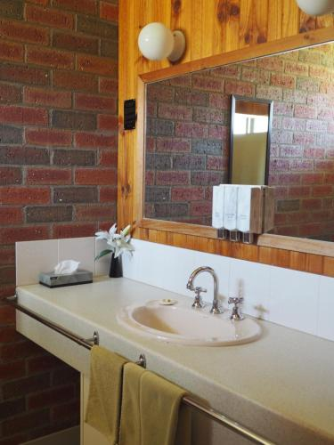 A bathroom at Country Road Motel St Arnaud