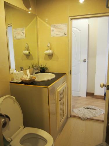 A bathroom at Nong Nuey Rooms