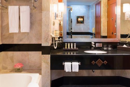 プルマン コンケーン ラジャ オーキッドにあるバスルーム