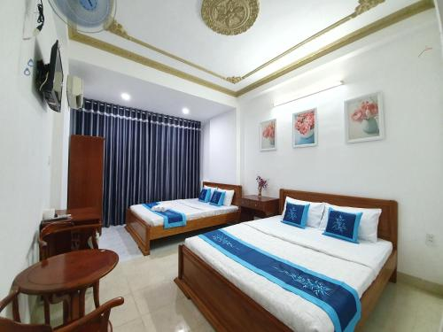 A bed or beds in a room at ÂN TÌNH Hotel