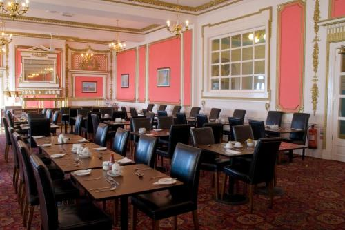 A restaurant or other place to eat at The Metropole Hotel