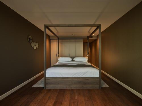 A bed or beds in a room at Hotel de Blanke Top