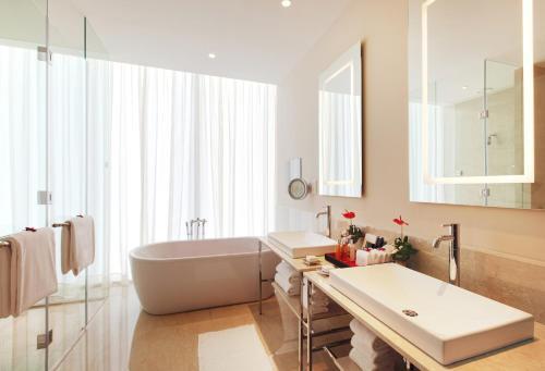 A bathroom at The Oberoi Dubai