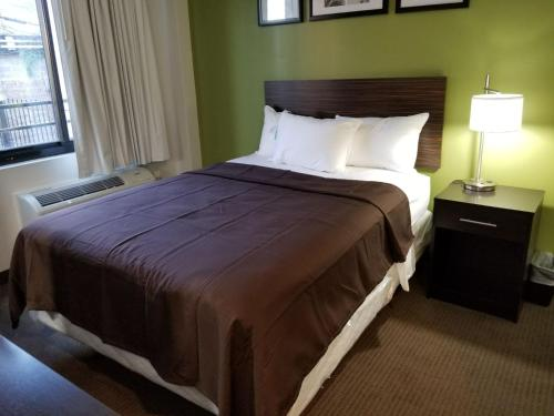 A bed or beds in a room at Hillside Hotel
