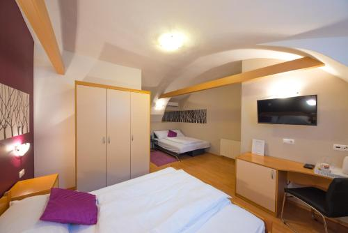 A bed or beds in a room at Rooms & Apartments Kepic
