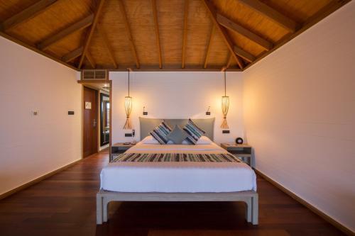 Кровать или кровати в номере Vilamendhoo Island Resort & Spa