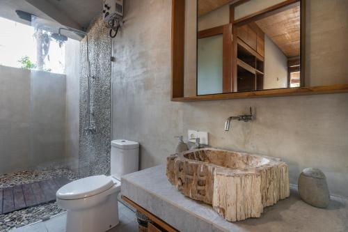 A bathroom at Manduna Resort