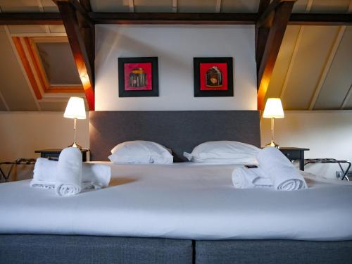 A bed or beds in a room at Hotel Oldenburg