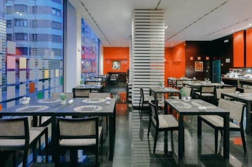 Un restaurante o sitio para comer en Hesperia Bilbao