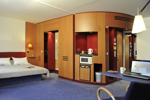 A television and/or entertainment center at Novotel Suites Hamburg City