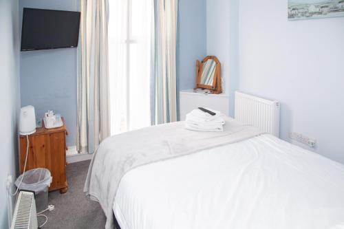 A bed or beds in a room at Anglesey Arms