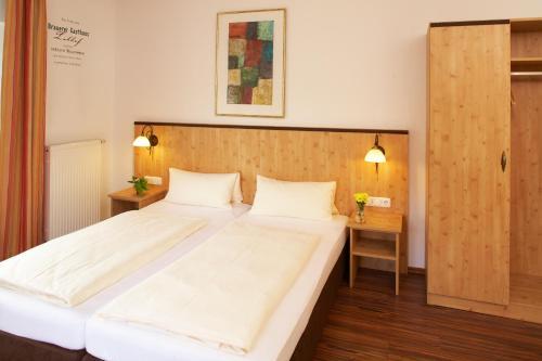 Кровать или кровати в номере Brauerei Gasthaus Lohhof