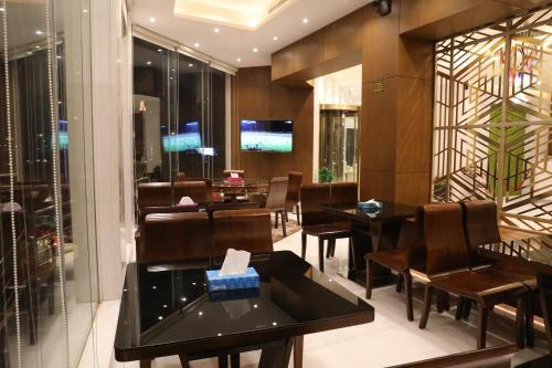 Um restaurante ou outro lugar para comer em Quiet Rooms Suites