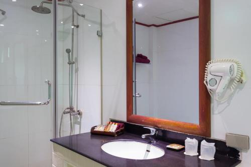 A bathroom at PP Erawan Palms Resort- SHA Plus