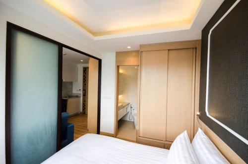 A bed or beds in a room at Aristo2 Surin Condo