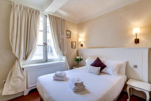 A bed or beds in a room at Les Quatre Dauphins
