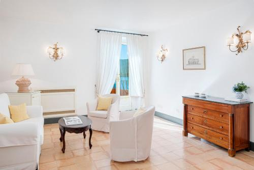 A seating area at Palazzo Belmonte