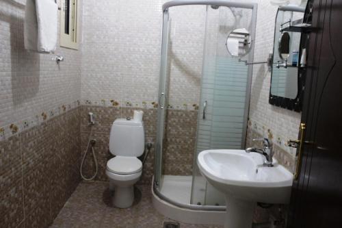 Um banheiro em Flora Park Yanbu 1 Hotel Suites