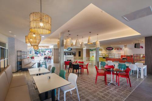 A restaurant or other place to eat at Abora Buenaventura by Lopesan Hotels