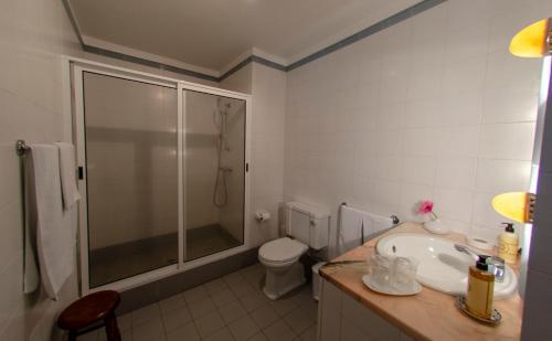 A bathroom at Quinta das Buganvílias