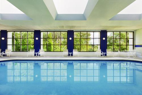 The swimming pool at or close to Radisson Hotel Seattle Airport