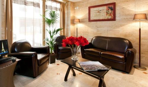 A seating area at Hôtel de l'Alma Paris