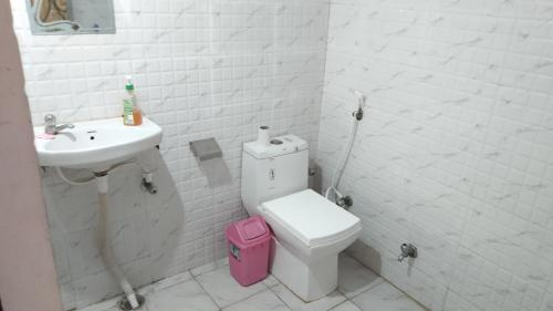A bathroom at Zigzag Hostel Agra