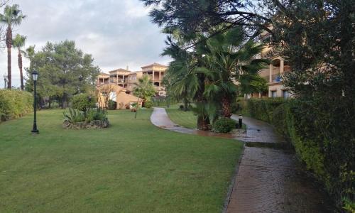 A garden outside Apartamento Alcotan Novo Sancti Petri - Planta baja con jardin privado