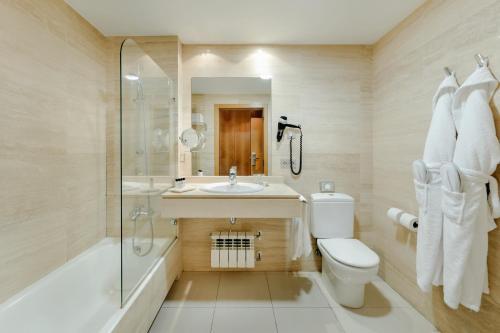 Een badkamer bij Hotel Antik San Sebastián