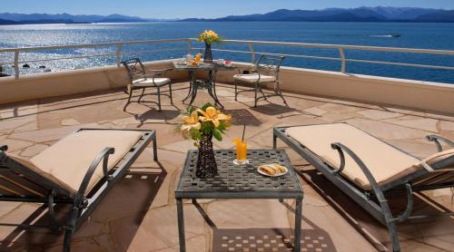 Un balcón o terraza en Cacique Inacayal Lake Hotel & Spa