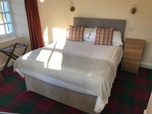 A bed or beds in a room at Highlander Inn