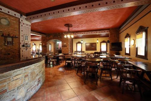 Hotel Nemesis tesisinde bir restoran veya yemek mekanı
