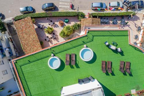 Vista sulla piscina di Hotel Villa Piras o su una piscina nei dintorni