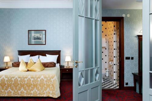 A bed or beds in a room at Hestia Hotel Barons Old Town