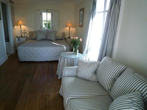 A bed or beds in a room at Hotel les Vergers de Saint Paul