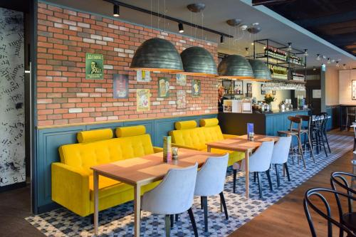The lounge or bar area at Ibis Szczecin Centrum