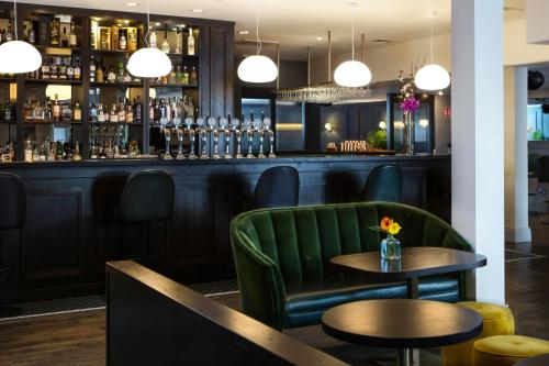 The lounge or bar area at The House Hotel, an Ascend Hotel Collection Member