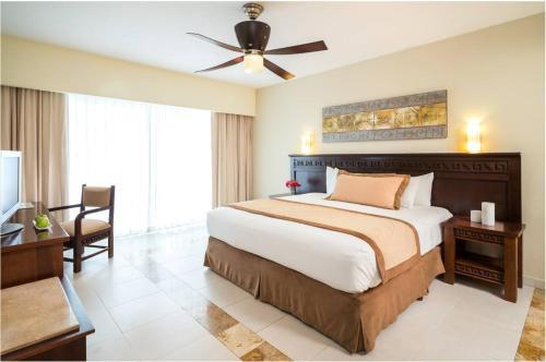 Een bed of bedden in een kamer bij BlueBay Grand Esmeralda-All Inclusive
