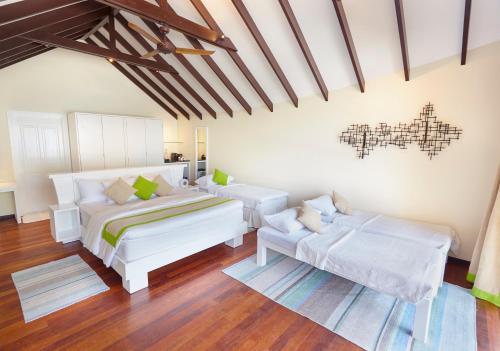 Łóżko lub łóżka w pokoju w obiekcie Kuredu Island Resort & Spa