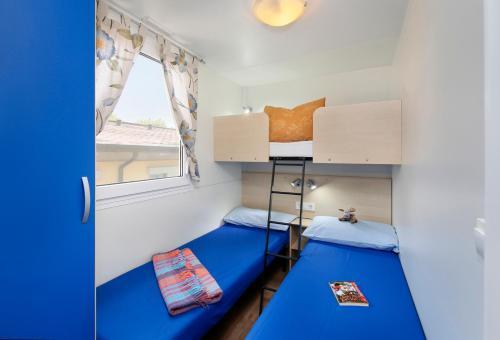 Palanda nebo palandy na pokoji v ubytování Albatross Mobile Homes on Camping San Francesco
