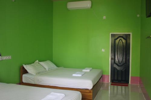 A bed or beds in a room at Sweet Garden Motel