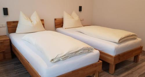 A bed or beds in a room at Gasthaus Pension Hörner