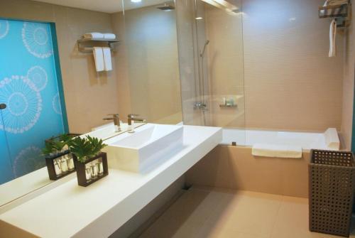 A bathroom at Astoria Boracay
