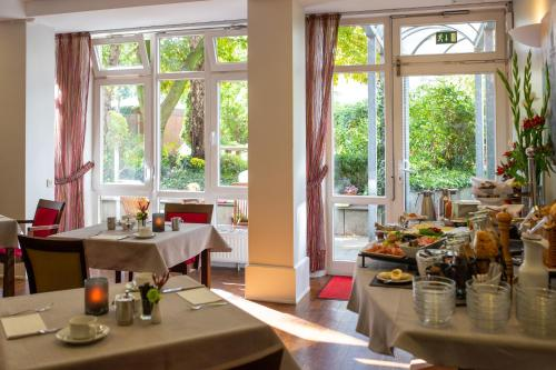 A restaurant or other place to eat at Stadthaushotel Hamburg - Inklusionshotel