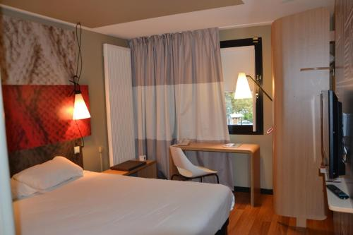 A bed or beds in a room at ibis Europe Chalon Sur Saone