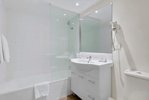 A bathroom at Quest on Story Bridge