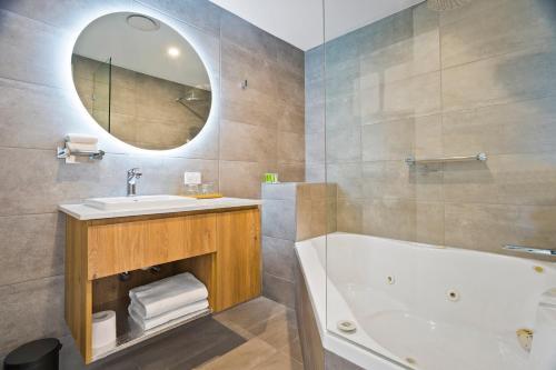 A bathroom at Parkside Motel Geelong