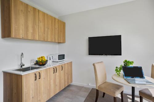 A kitchen or kitchenette at Parkside Motel Geelong
