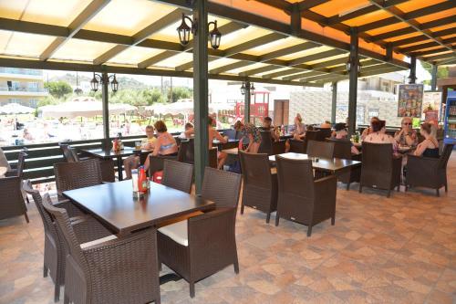 Een restaurant of ander eetgelegenheid bij Emerald Hotel